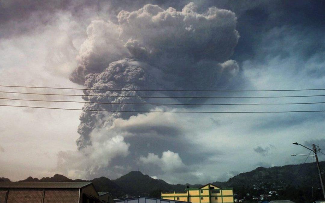 Volcán La Soufrière erupciona y deja a isla San Vicente como una «zona de batalla»