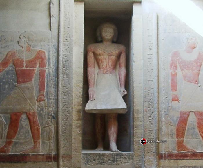 Algunas veces, se instalaba una estatua en la apertura de dicha puerta