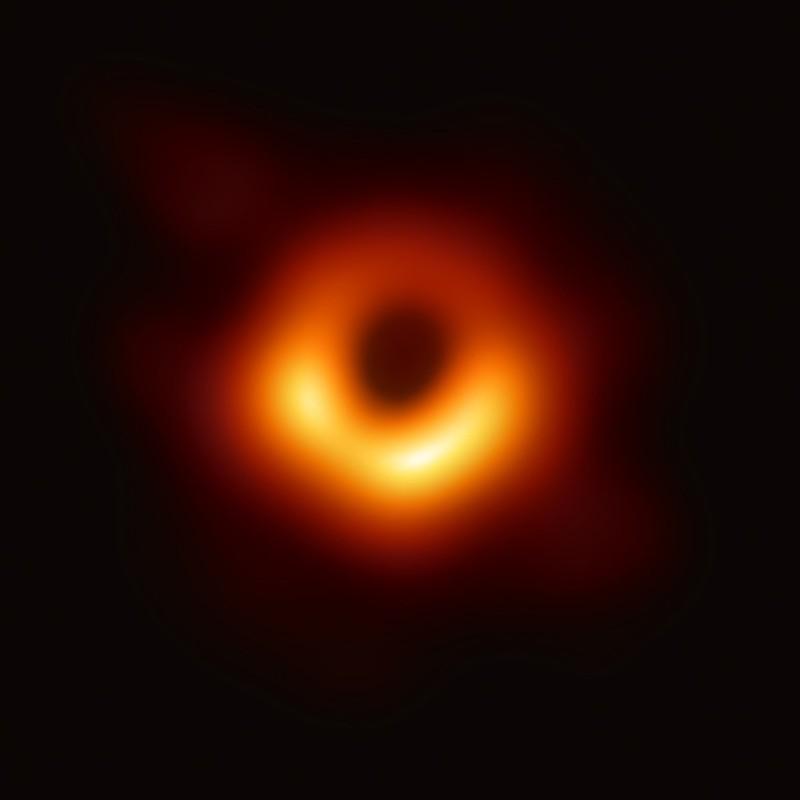 Primera imagen real en la historia de un agujero negro supermasivo ubicado en el centro de la galaxia M87, presentado el 10 de abril de 2019