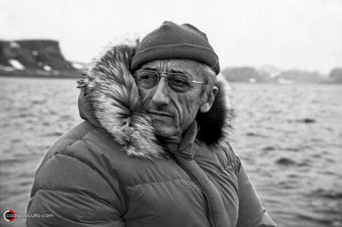 Jacques-Yves Cousteau durante una de sus misiones de exploración