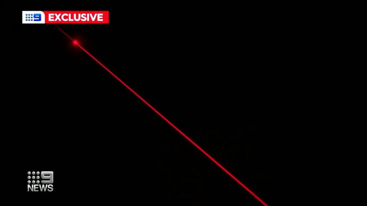 Los científicos australianos están aclamando un láser diseñado para desviar basura espacial potencialmente mortal fuera de la órbita, disparado desde la cima de una colina de Canberra