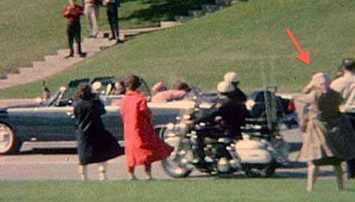 Esta mujer es la única que aparece con una vista perfecta de todo lo ocurrido durante el asesinato de Kennedy. El problema es que nunca pudo identificarse ni jamás volvió a aparecer