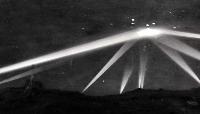 A comienzos de la Segunda Guerra Mundial, Los Angeles fue atacado por un supuesto OVNI