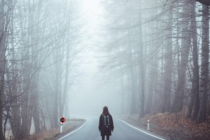 Mujer entre la niebla en un lugar misterioso
