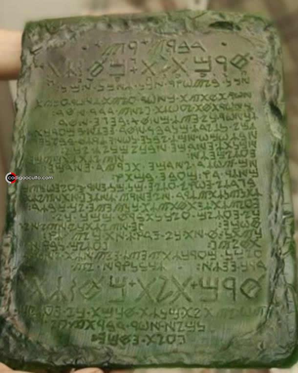 Una reconstrucción de cómo se cree que era la Tabla de Esmeralda por el Gremio Internacional de Alquimia