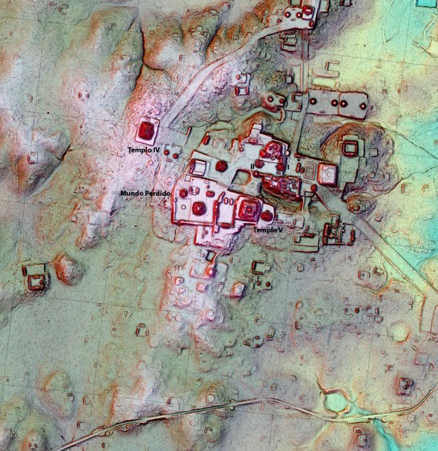 Los datos de LiDAR sobre un mapa de la ciudad maya de Tikal revelan una estructura sin excavar, el objeto en forma de gancho debajo del Mundo Perdido, que tiene un extraño parecido con una pirámide a cientos de kilómetros de distancia