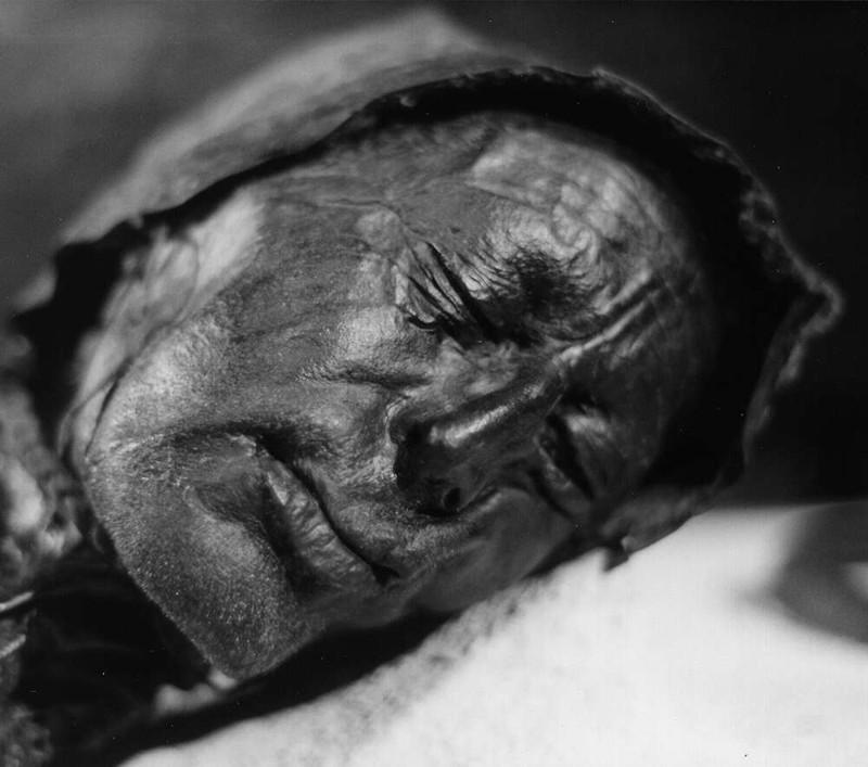 """La cabeza del cuerpo del pantano """"Tollund Man"""", encontrado cerca de Tollund, Silkebjorg, Dinamarca. A pesar de verse extremadamente bien conservado, se cree que murió alrededor del 375-210 a. C."""