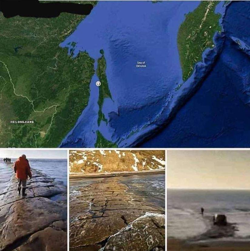 Antiguo camino de piedra emerge del océano Pacífico