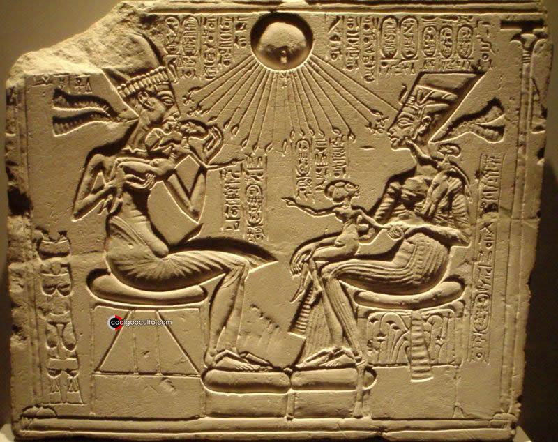 El culto a Atón, el disco solar, junto a Akenatón y su familia