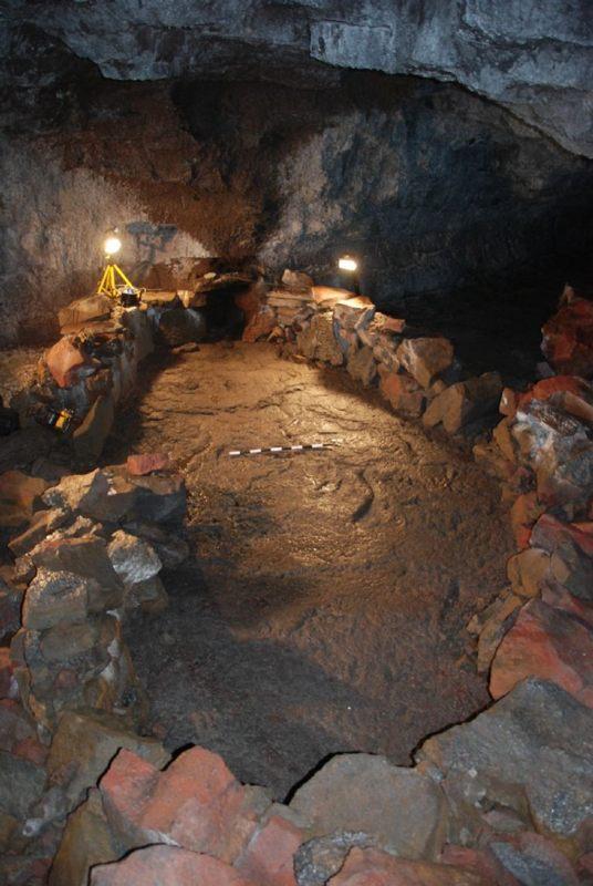 El barco de piedra construido por los antiguos vikingos en el interior de una cueva de Islandia. El objetivo era protegerse del Ragnarok