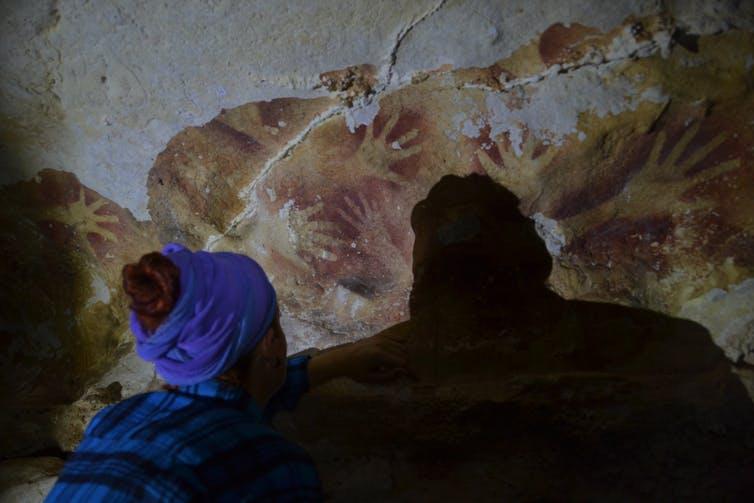 Plantillas de mano en uno de los sitios de estudio en la cueva Leang Sakapao