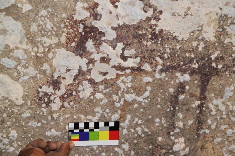 Los cristales de sal que se expanden y contraen están haciendo que el arte rupestre se desprenda de las paredes de la cueva