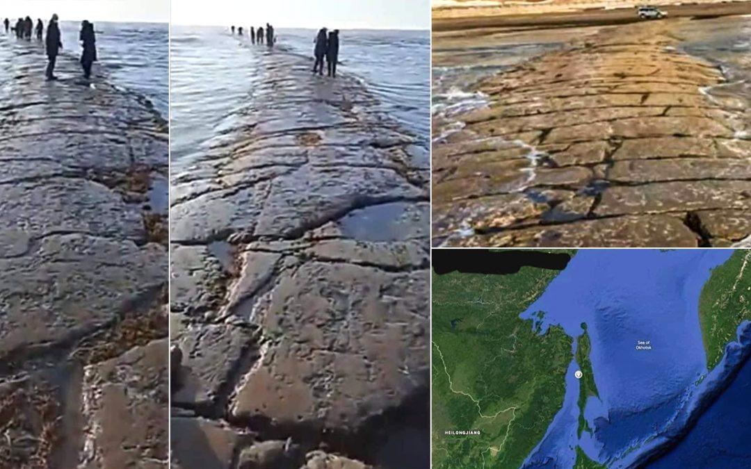Carretera de Piedra enorme emerge del océano Pacífico cerca de una isla de Rusia