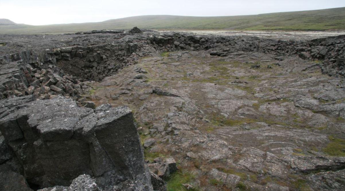 Entrada a la enigmática cueva relacionada al hallazgo de un barco vikingo y al Ragnarok
