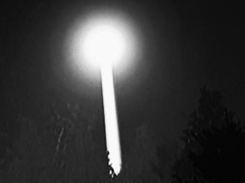 Supuesta fotografía del orbe brillante relacionado al caso Rendlesham Forest. Según los testigos, uno de los objetos disparaba un rayo de luz a la superficie, como si estuviera buscando algo.