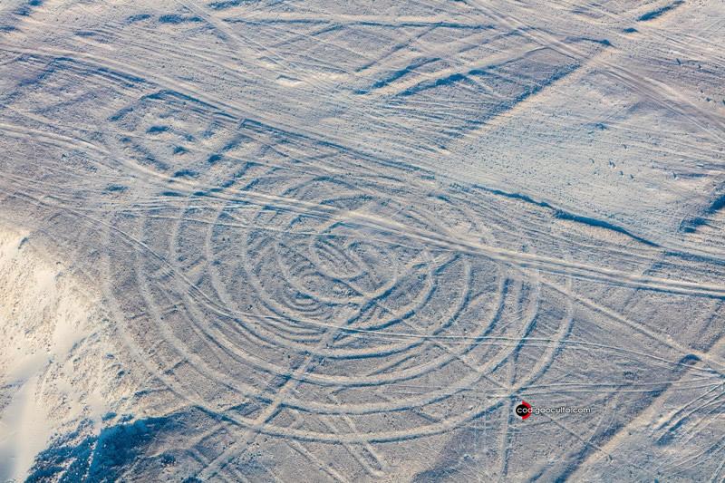 """Vista aérea de la """"Espiral"""", uno de los geoglifos de las Líneas de Nasca , que se encuentran en el Desierto de Nasca , cerca de la ciudad de Nasca , en el sur de Perú"""