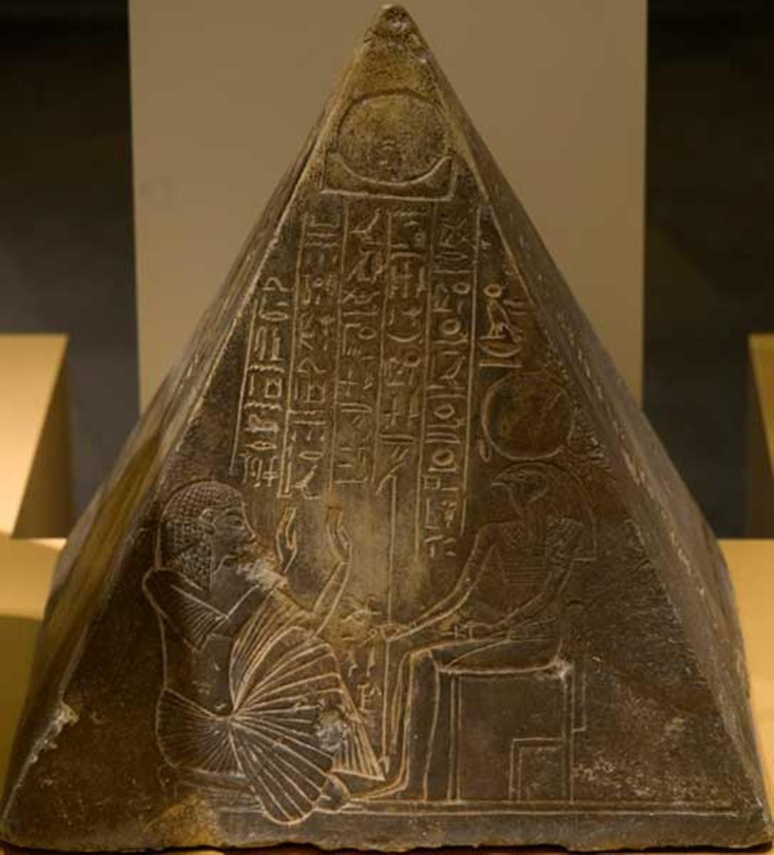 El piramidón de Benben, que se cree adornaba el Templo de Ra en Heliópolis.