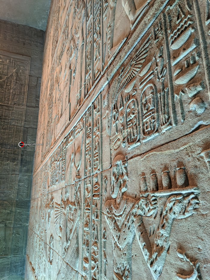 Jeroglíficos en una antigua pared en un templo egipcio