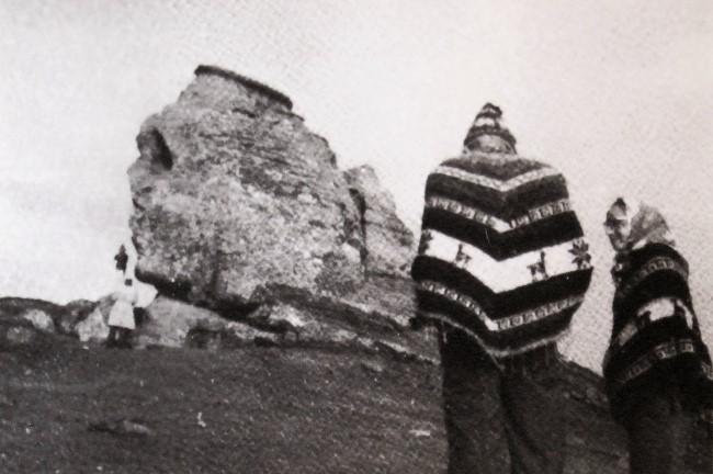 El matrimonio Ruzo contemplando la esfinge de Bucegui, Rumania