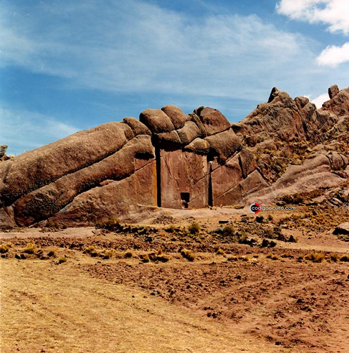 Portal de Aramu Muru (Hayu Marka) en el sur de Perú cerca del lago Titicaca