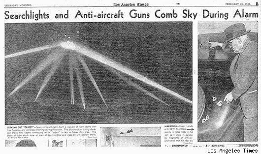 Portada de Los Angeles Times del 26 de Febrero de 1942, donde muestran la clásica foto de la Batalla de Los Angeles