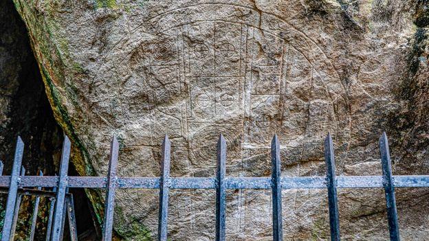 El Sakwala Chakraya se ha interpretado de diversas formas como un mapa cosmográfico, una puerta estelar y un plano de construcción