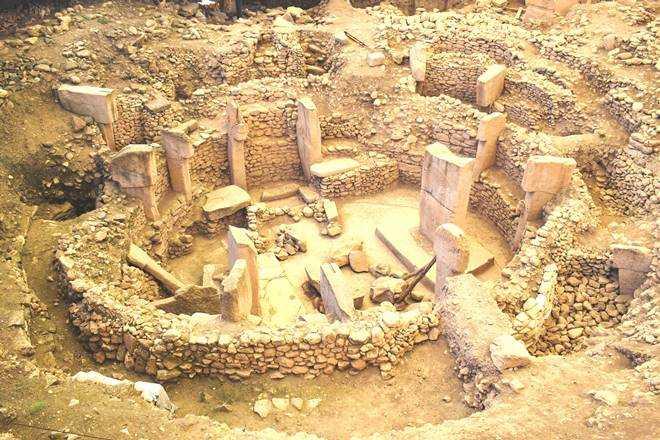 Estructuras monumentales, que son un testimonio de las habilidades artísticas de nuestros antepasados, también ofrecen información sobre la vida y las creencias de las personas que vivieron en el período neolítico anterior a la alfarería (milenios X-IX a. C.)