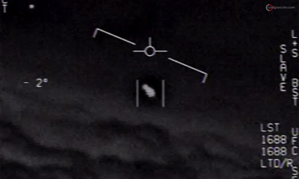 Un fenómeno aéreo no identificado, o UAP, aparece en este video desclasificado capturado por un avión de la Marina de los EE. UU.
