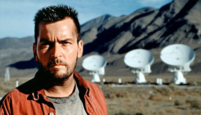 Charlie Sheen interpreta un astrónomo que recibe una señal extraterrestre