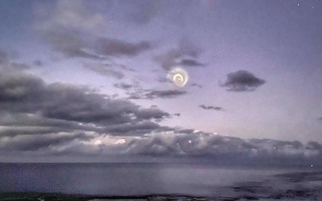 Extraña espiral aparece en cielo del Pacífico desconcertando a observadores (VIDEO)