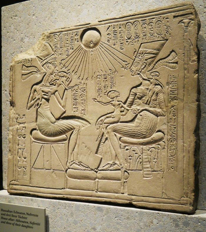 Estela de Akenatón y su familia, quién fuera iniciado por el clero de Heliópolis