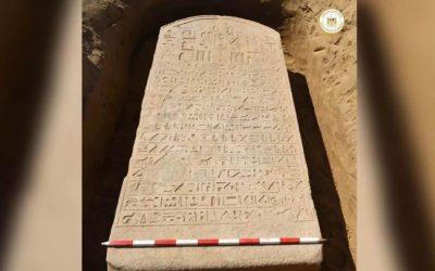 Granjero halla losa de piedra de 2.600 años erigida por un faraón egipcio