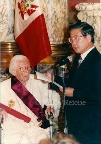 La Orden del Sol en el grado de Gran Cruz es otorgada a Maria Reiche en 1993 por el entonces presidente Alberto Fujimori