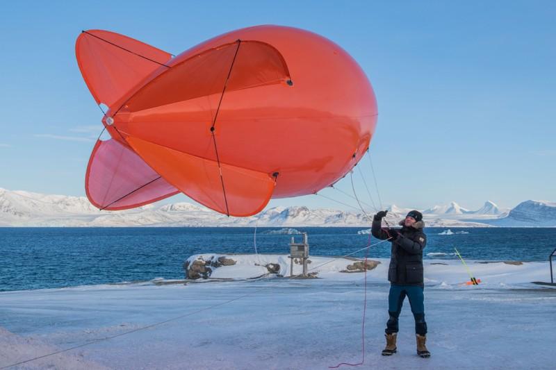 """Markus Rex, líder de expedición de MOSAiC, con un globo atado - """"Miss Piggy"""" durante un entrenamiento de campo de MOSAiC en Ny-Alesund, primavera de 2019"""
