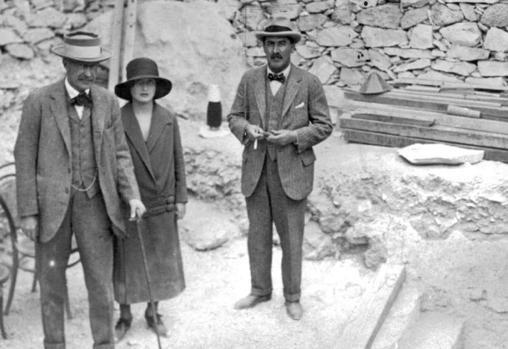 De izquierda a derecha, Lord Carnarvon, su hija, Lady Evelyn Herbert, y el arqueólogo Howard Carter, en el acceso a la tumba de Tutankamón, en noviembre de 1922