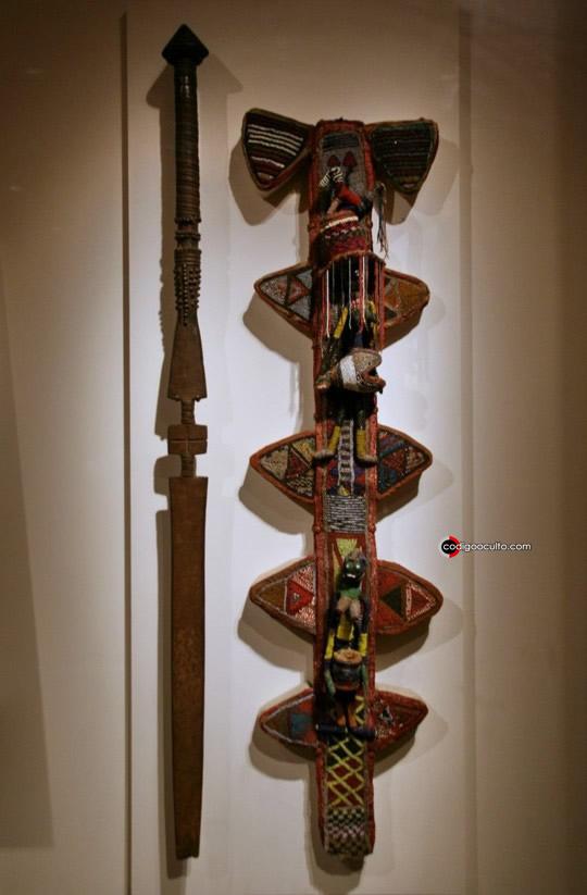 Báculo junto con su vaina procedentes de la región de Oyo (Nigeria), expuestos en Washington D. C. (EUA), fetiches propios del dios Orisha Oko