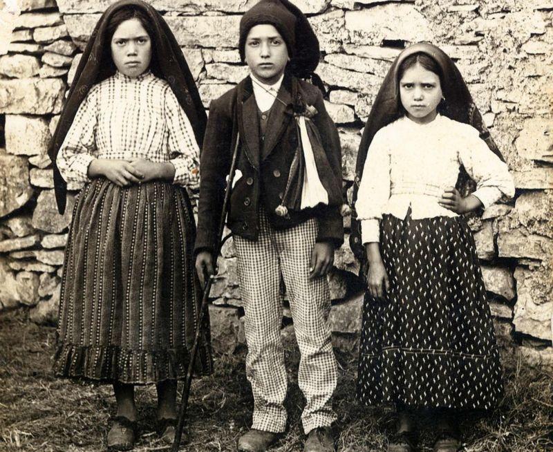 Lucía, Francisco and Jacinta Marto (de izquierda a derecha), dijeron haber visto a la Virgen María en mayo de 1917