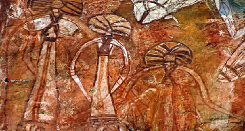 Otro grupo de pinturas rupestres mostrando seres extraños.