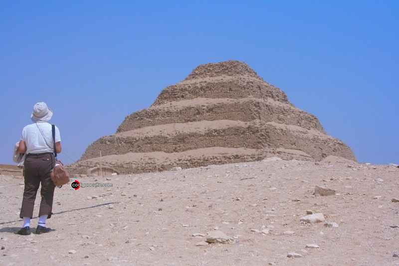 Pirámide escalonada de Zoser, guarda semajanza con el montículo hallado en Siria