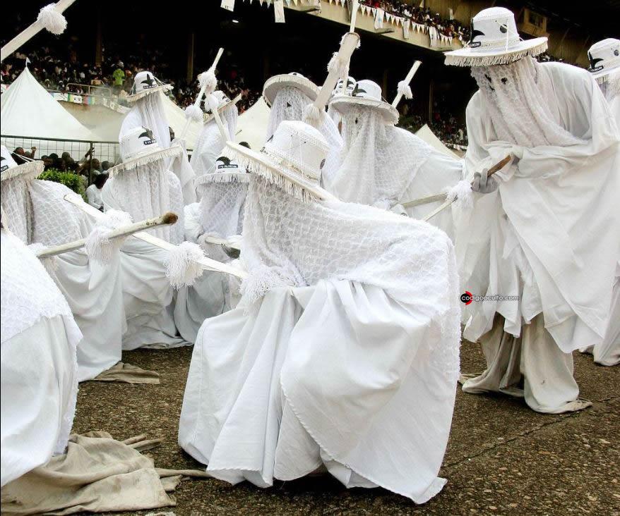Veneración al dios del mar Olokun en el festivo de Eyo, en Lagos (Nigeria)