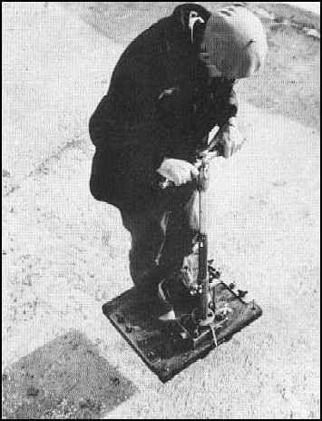 Viktor Grebennikov montado en su «Plataforma Antigravedad»