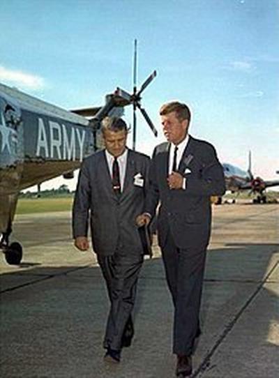 Wernher von Braun junto al presidente Kennedy, que fue de gran apoyo en su tarea