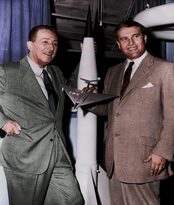 Wernher von Braun posando con Walt Disney, con quién colaboró en la década del cincuenta