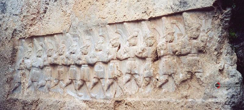Relieve con los doce dioses del inframundo