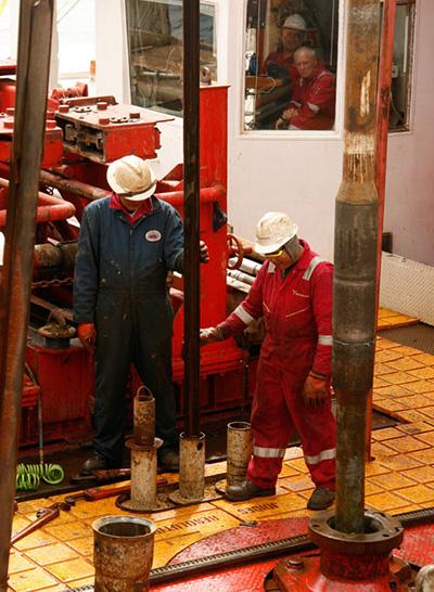 Los miembros de la tripulación en el extranjero, el buque de investigación JOIDES Resolution, perforaron núcleos de sedimentos del lecho marino en el mar de Bering durante una expedición de 2009 en la que la científica oceánica de UCSC Christina Ravelo fue codirectora científica