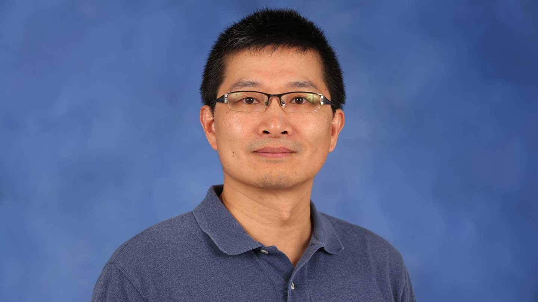 El Dr. Ming Sun, profesor asociado de física, dirigió el equipo que descubrió la nube huérfana.