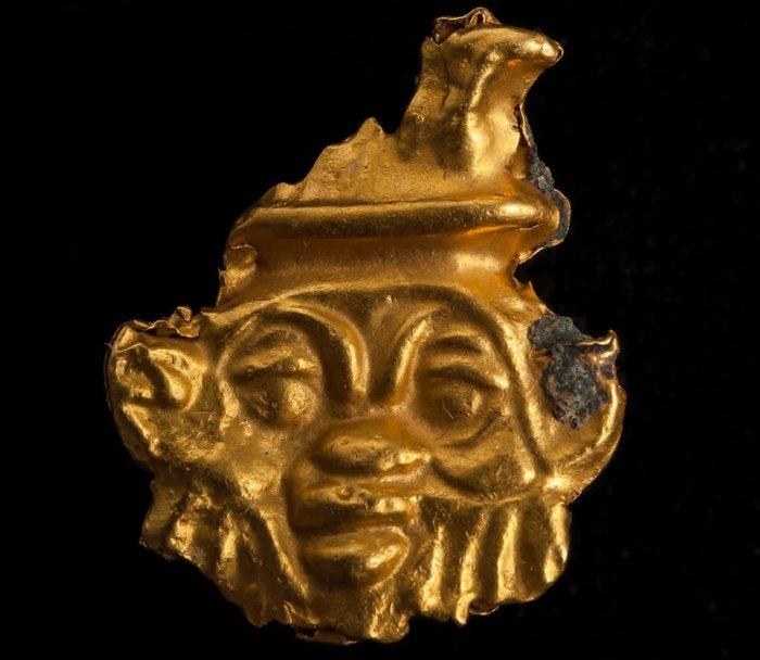 Este amuleto de oro se encontró en el cementerio y representa a Bes, un dios egipcio asociado con el parto y la fertilidad. Los antiguos egipcios a veces usaban imágenes de este dios para proteger a las mujeres que daban a luz y a los niños pequeños