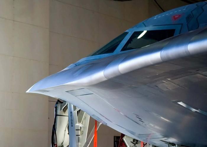 """Una imagen del """"pico"""" del B-2, que también muestra el fuselaje abultado"""