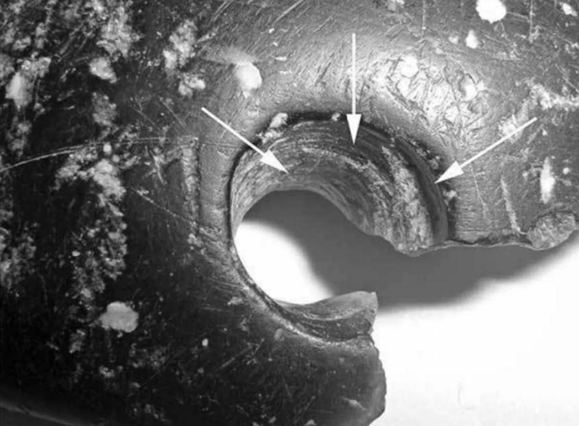 Huellas del uso de la perforación con un implemento en la pulsera de la cueva Denisova