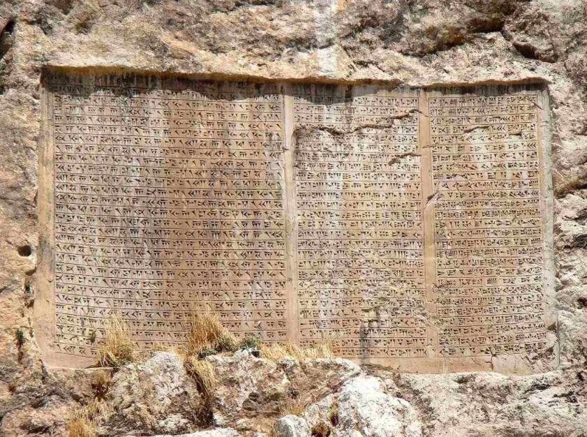 Inscripción cuneiforme trilingüe de Jerjes I en la fortaleza de Van en Turquía